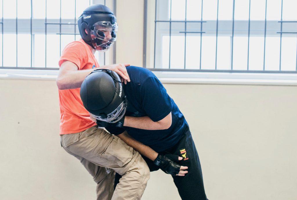 Lächelt nur unter dem Helm: unser Trainer Sebastian; hier beim Training mit Micha.